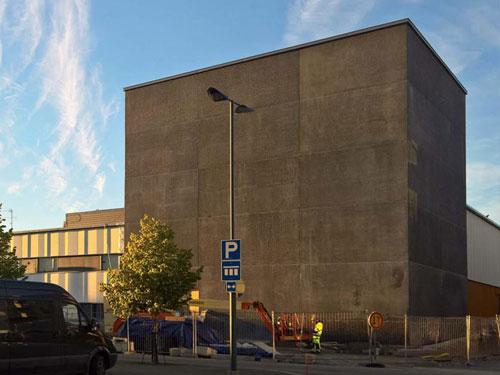 Imatran teatteri on rakennettu graafisesta mustasta betonista.