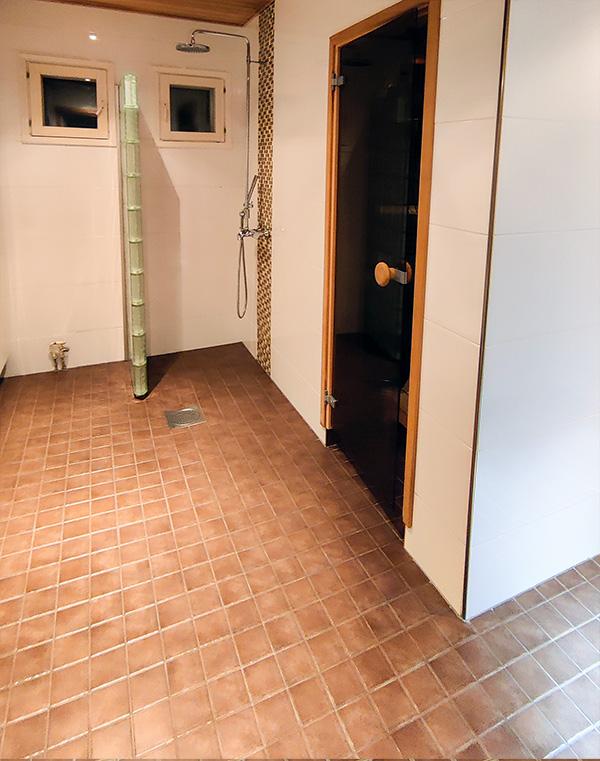 Puhtaat lattia- ja seinälaatat.