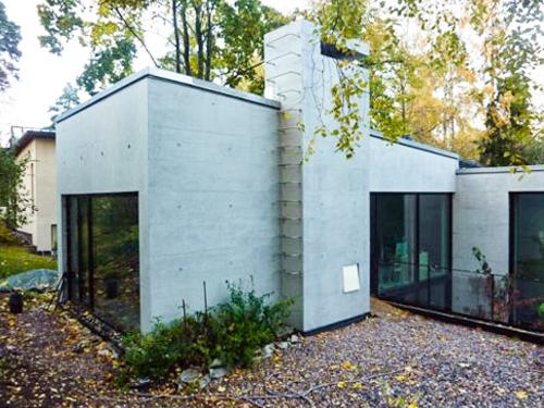 Villa Cervi Helsingissä, betonipinnat on suojattu ja sävytetty kuultovärillä.